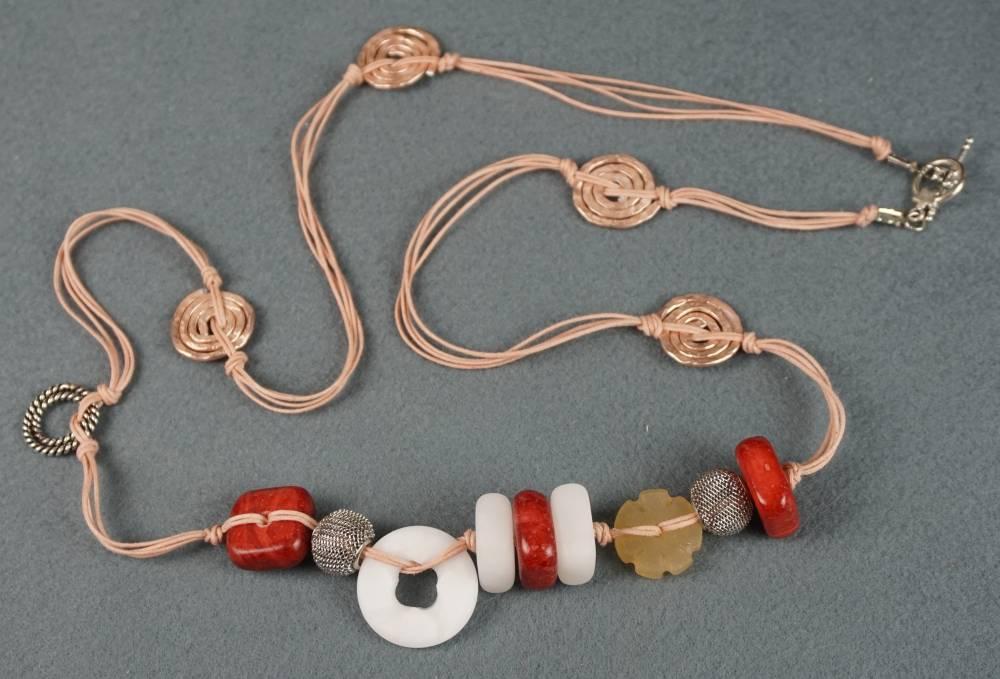 Collana con elementi in alabastro naturale e colorato, e metallo battuto