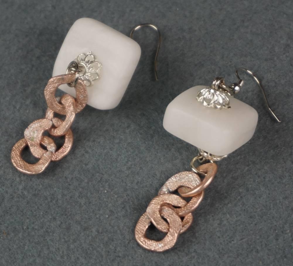 orecchini in alabastro naturale e metallo rosa battuto